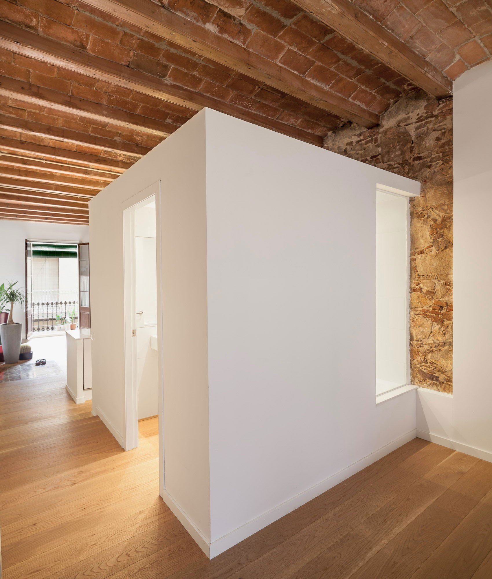 Renovation-Apartment-in-Les-Corts-bathroom-window